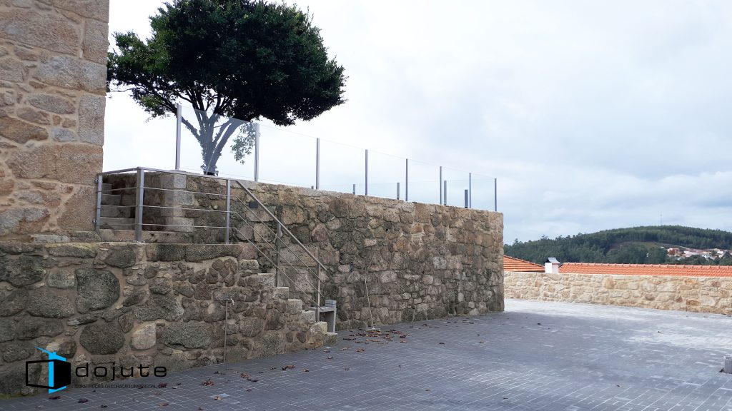 Aspecto da área exterior e dos muros empedrados